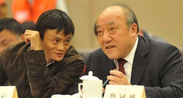"""鲁冠球(左)和马云在浙江民企共话""""十二五""""新春恳谈会上. 资料"""