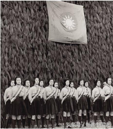 1944年3月28日,在中国战时陪都重庆举行的中国青年节纪念会上,中国男女童子军正稍息准备接受嘉奖。