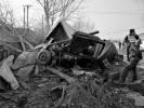 公路上两车相撞5人被困 周边村民徒手救援
