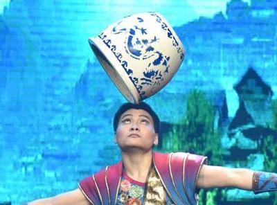 杂技团表演刀舞