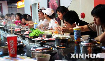 昨日下午,北京青年报记者从重庆大队长主题火锅官网看到,涉事火锅店所