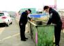 捡废品老人丢养老钱 民警翻几十个垃圾桶找回