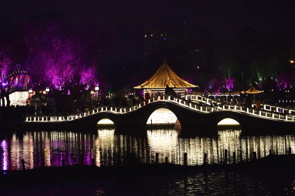 济南大明湖流光溢彩