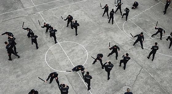 无人机直击警察春训现场 看特警飞檐走壁