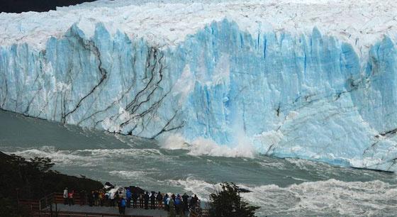 阿根廷冰川拱门崩塌引围观