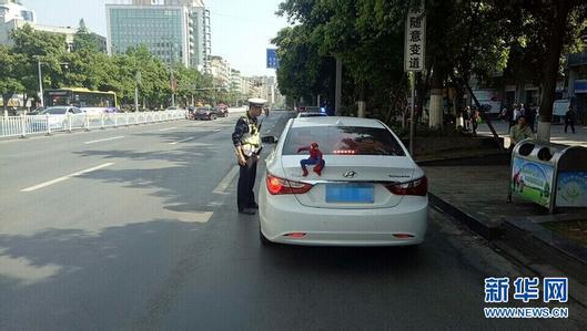 """北京赛车开奖记录app:""""超级英雄""""坐车顶展示个性?交警:记2分罚款50元"""