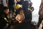 """宁波一小女孩被困铜像怀中""""无法自拔"""",七名消防官兵急赴现场救援"""