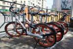济南东站附近共享单车占据人行道 摩拜单车公司回应