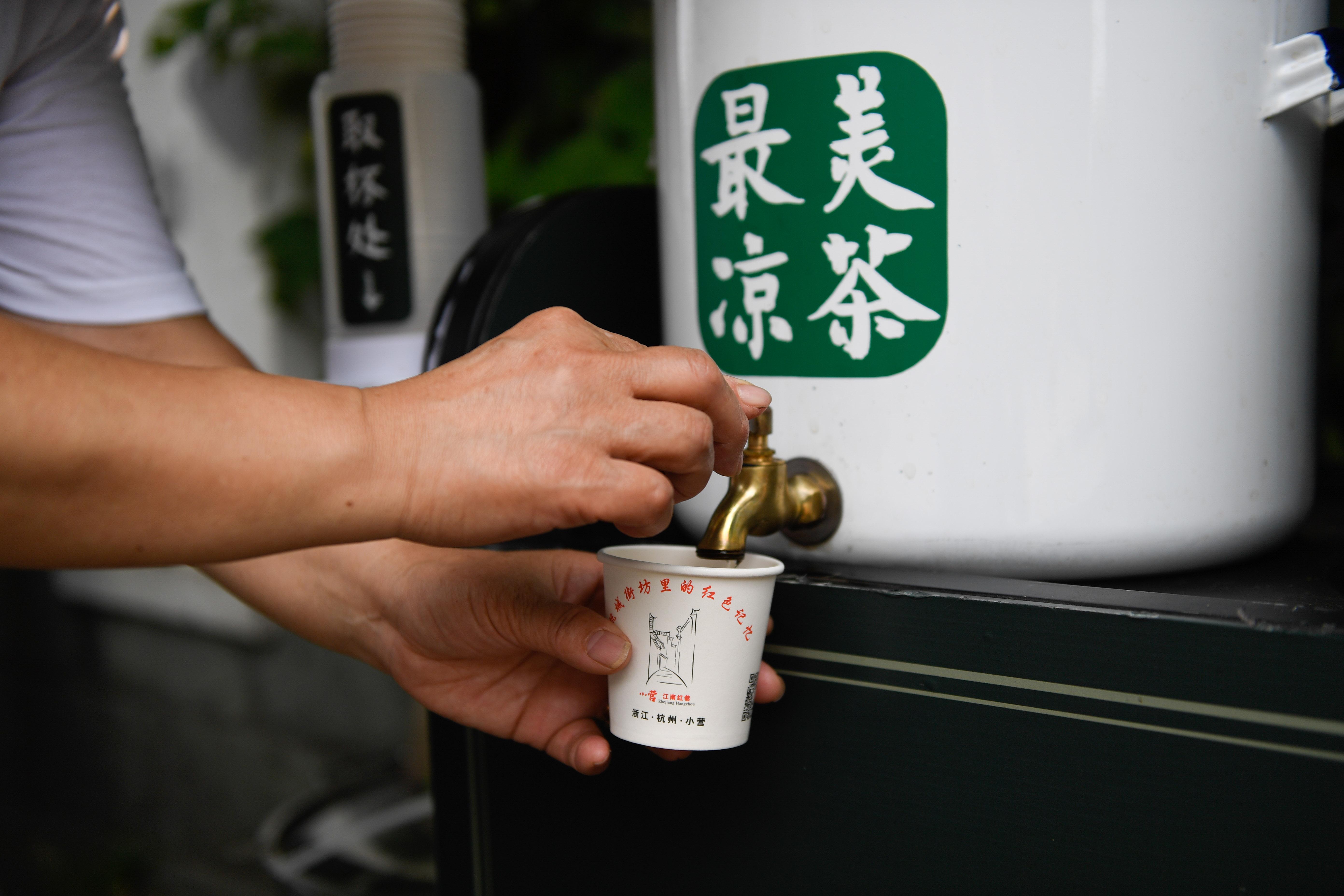 每年入伏开张出伏收摊,杭州八旬老人连续41年免费送凉茶