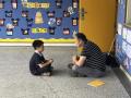 一大一小席地而坐唠着嗑 杭州暖心校长刷屏朋友圈