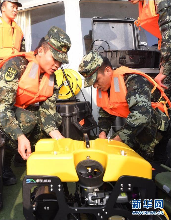 10月28日,武警重庆市总队船艇支队队员在调试水下机器人,准备搜救。新华社记者 王全超 摄
