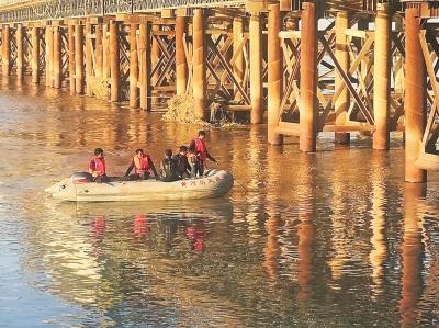冲进黄河的轿车还没打捞上岸 一货车又滑入黄河