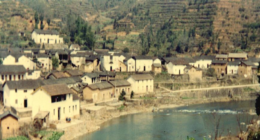 20世纪70年代的下姜村。杭州市淳安县枫树岭镇下姜村过去因路远地偏,曾是远近闻名的贫困村。新华社发