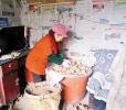 现实版《啥是佩奇》:孙女想吃红薯 爷爷走20里路买胶缸