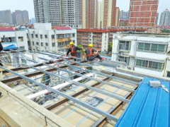 """郑州一小区""""二房东""""楼顶加盖违建 执法单位强制拆除"""