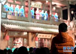 """河南郑州:在""""电影小镇""""中体验夜生活"""