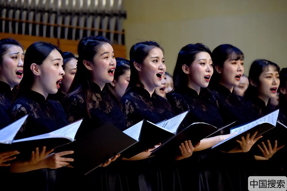 音乐会压轴曲目《我和我的祖国》燃起了现场观众们的热情,当熟悉的旋律响起,现场观众不约而同地挥动手中的五星红旗与演员齐声高唱,用属于新时代的歌声共同表达对祖国的祝福与热爱。中国搜索宋家儒摄