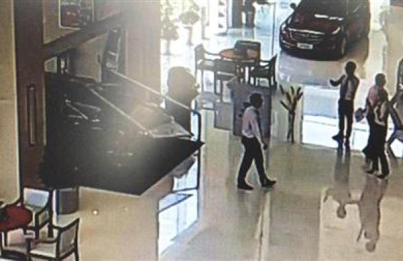 苏州一男子驾车怒撞4S店 场面堪比电影大片