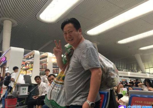 端午小长假出行忙 有人背了200只粽子回家