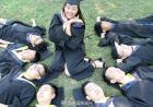只有1个女生的毕业照:身边围着79个男生