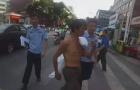 醉酒男子街头裸身热舞:还让警察给他点面子