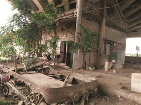 百岁浦镇火车站竟被剧组破门换窗