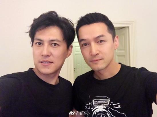 靳东胡歌搞怪合影 能看出两兄弟相差6岁吗?(图)