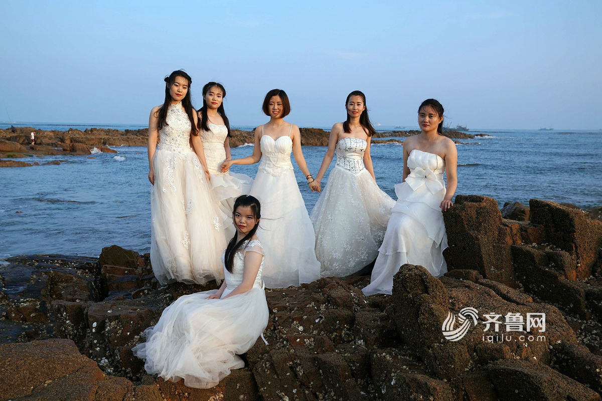 青岛女大学生身着婚纱拍摄毕业照纪念青春