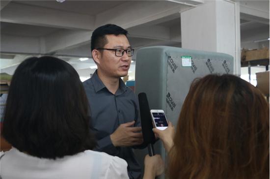 (褚汉青先生现场接受记者采访)