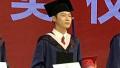 梁博吉林艺术学院流行音乐学院硕士毕业 舞台上自弹自唱《男孩》