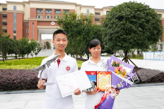 李成林同学和母亲肖金英收到录取通知书后十分开心.记者 石涛 摄图片