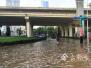 【暴雨袭昆】金星立交桥秩序井然 市民和非机动车从桥上通行(视频)