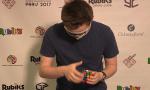 英青年大秀盲拼魔方技巧 曾7次打破世界纪录