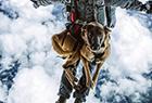 军犬从千米高空跳伞