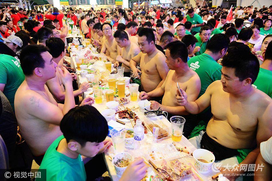 欢乐海洋!中外游客狂欢青岛啤酒节