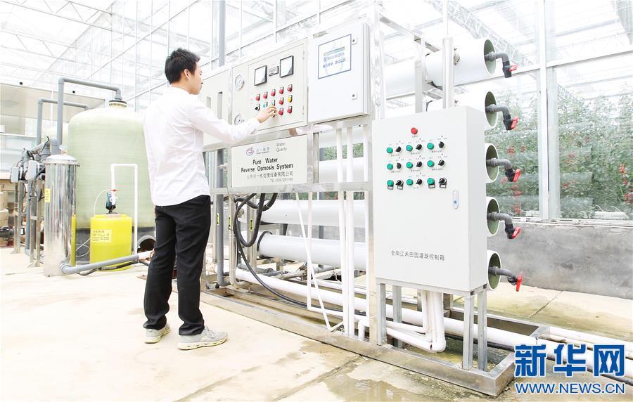 在江西全南县江禾田园蔬菜智能中心,工作人员在调试水肥一体控制设备和软件(4月25日摄)。