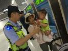 天热选择地铁里纳凉,一岁小孩手被划伤