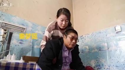 女孩照顾瘫痪大伯10年 带着他上高中大学