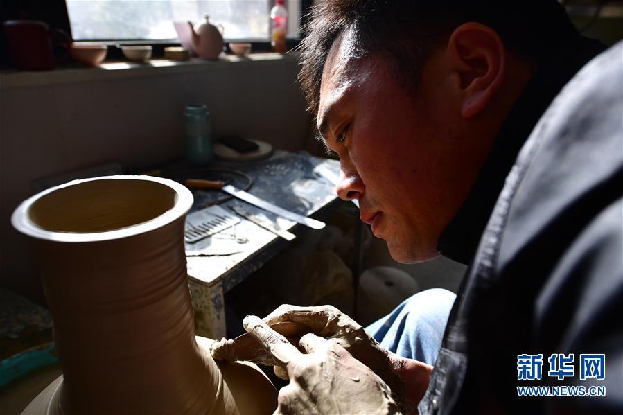 (文化)(2)河南汝州:汝瓷车间生产忙